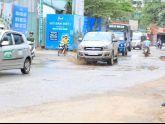 Diện mạo nhếch nhác của một con đường giữa Thủ đô