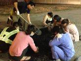 """Những """"công nhân"""" lặng lẽ tình nguyện vá đường ở Hà Nội"""