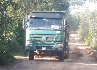 """TX Hoàng Mai (Nghệ An): Xe tải chở đất """"lộng hành"""" băm nát đường liên xóm"""